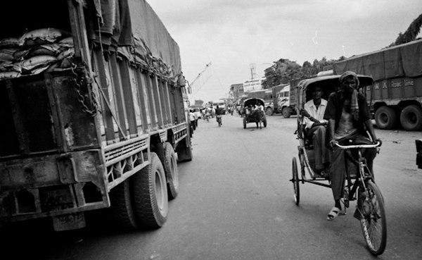 Rickshaws and trucks on the Indo-Nepal border. flickr / junn-sato