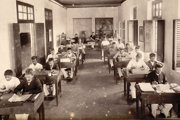 The reading room at the Times of India offices in Bombay in 1898.