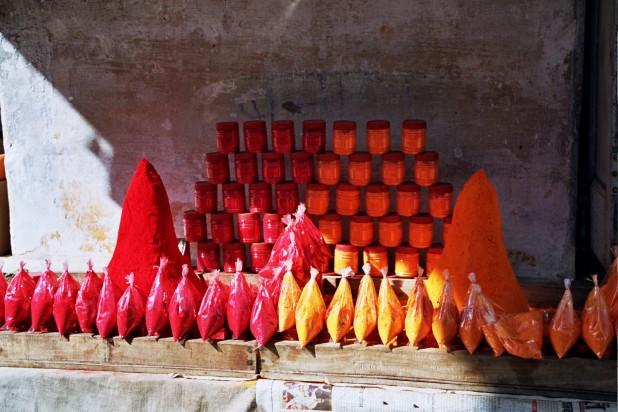 Shop selling Sindoor in Pushkar, Rajasthan. Photo : Wikimedia Commons / Grizolda