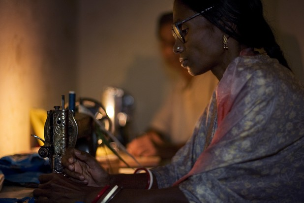 Woman working by her sewing machine. Photo : Wikimedia Commons / Jorge Royan