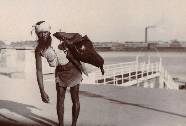 A bhisti or water carrier in 1903 Calcutta. Despite their growing irrelevance in the modern world, bhistis continue to serve people (and animals) without access to water Photo : Wikimedia Commons