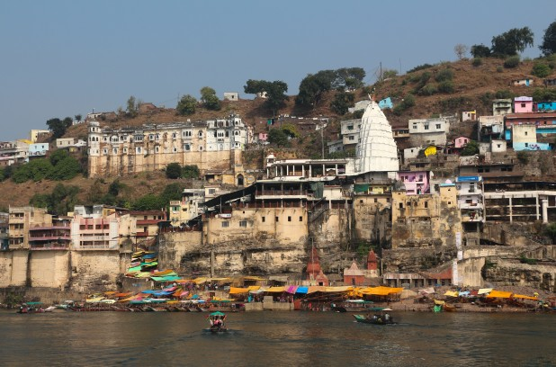 Omkareshwar Mahadev Temple at the bank of Narmada (Photo: Bernard Gagnon, Wikimedia Commons)