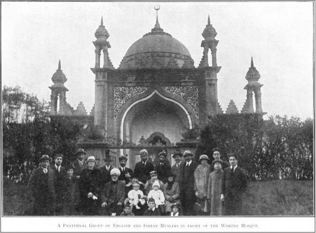 A group of English and the Subcontinent's Muslims outside the Woking Mosque (The Islamic Review, February 1920). Photo: Ahmadiyya Anjuman Isha'at Islam Lahore (U.K.)